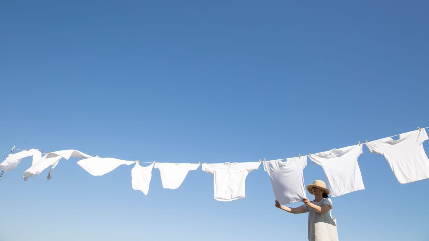 Cách tẩy mốc quần áo trắng khi phơi ngoài nắng
