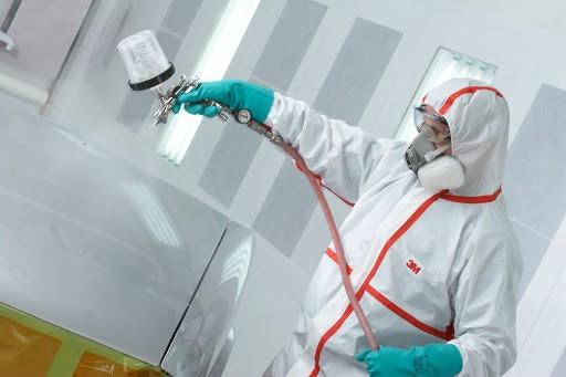Cần sử dụng trang phục bảo hộ cần thiết khi dùng hóa chất tẩy rửa công nghiệp