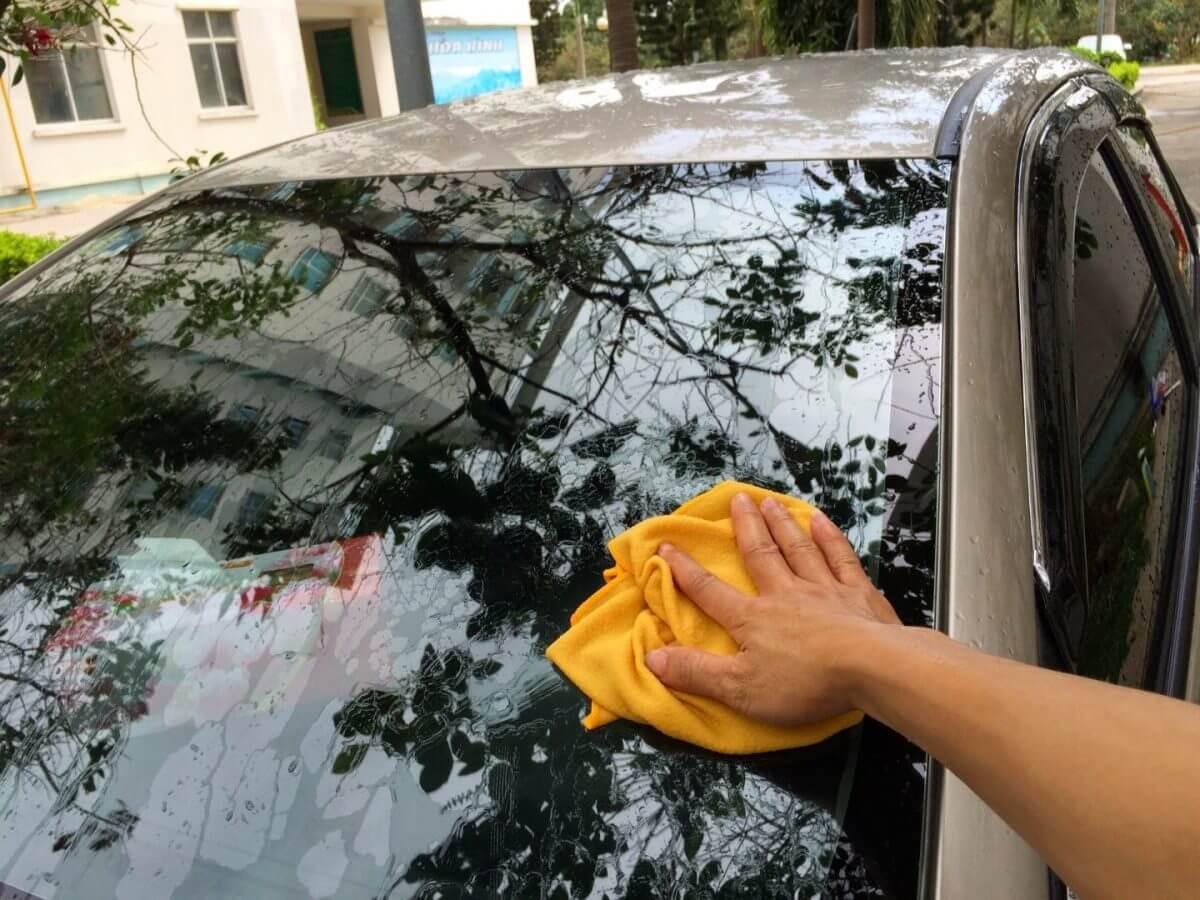 Hướng dẫn cách đổ nước rửa kính ô tô đúng chuẩn ngay tại nhà