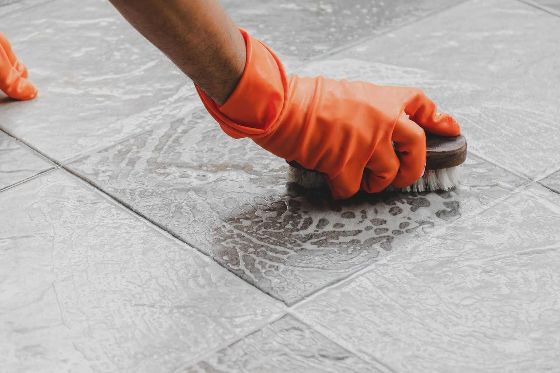 Cách tẩy dầu nhớt trên sàn nhà hiệu quả, tiết kiệm thời gian tối đa