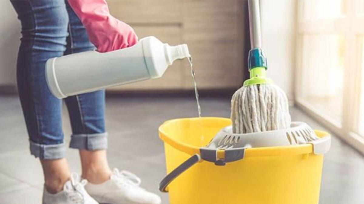 Đọc kỹ thông tin của hóa chất tẩy rửa ở trên bao bì