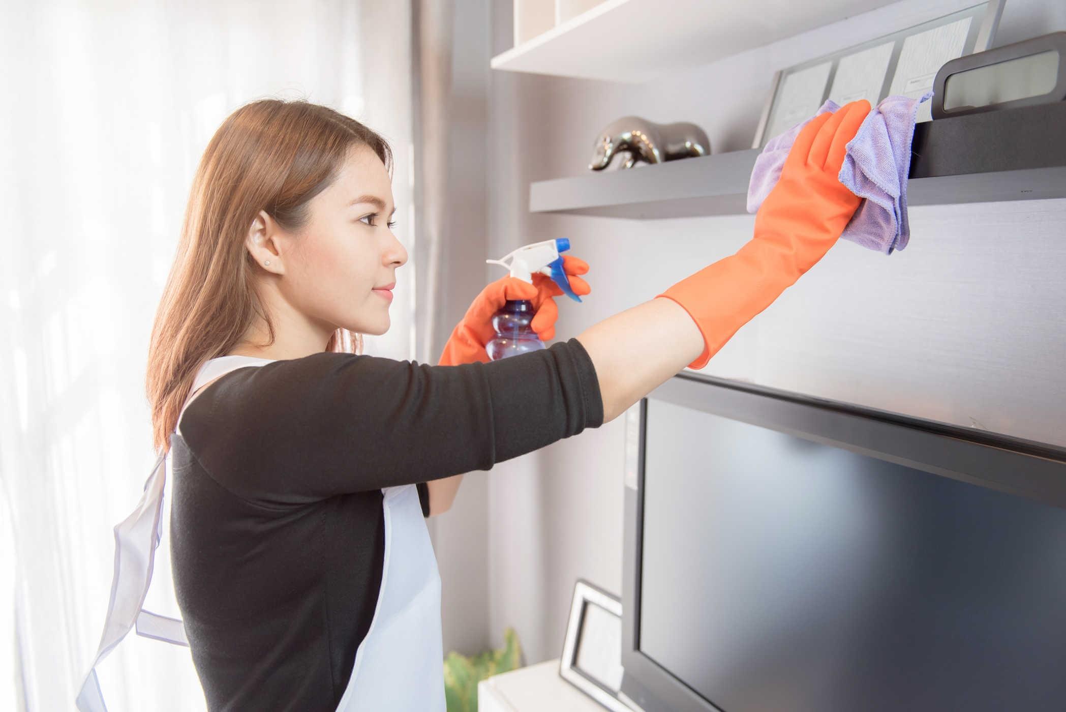 Trang bị đồ bảo hộ khi sử dụng hóa chất tẩy rửa nhà bếp