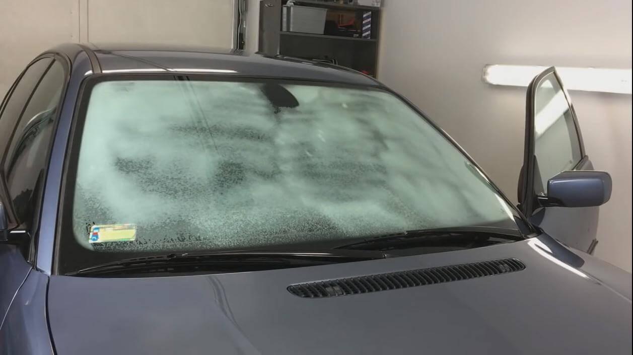 Khi thay nước rửa kính ô tô cần lưu ý gì để không ảnh hưởng đến xe?