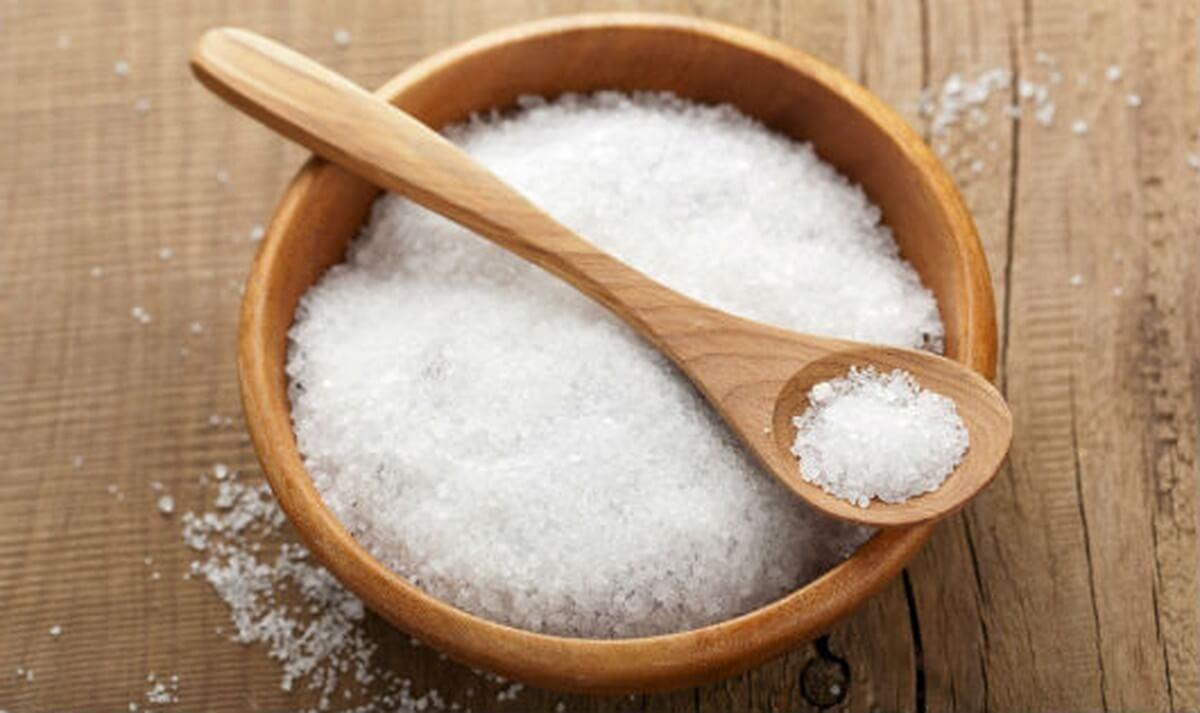 Cách làm sạch mặt bàn là với muối