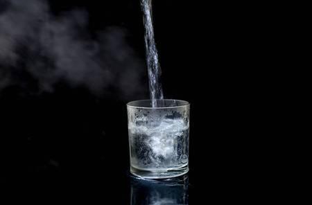 uống nước ấm với mật ong