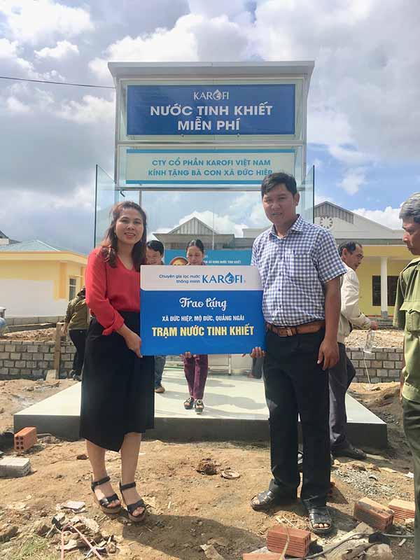 Bà Nguyễn Thị Bích Thủy - Trưởng Ban Truyền thông Marketing của Karofi – trao tặng Trạm nước tinh khiết cho đại diện xã Đức Hiệp