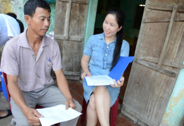 Tiến sĩ Dương Khánh Vân (phải) tư vấn cho người dân cách sử dụng nướchợp lý và đảm bảo an toàn vệ sinh môi trường.