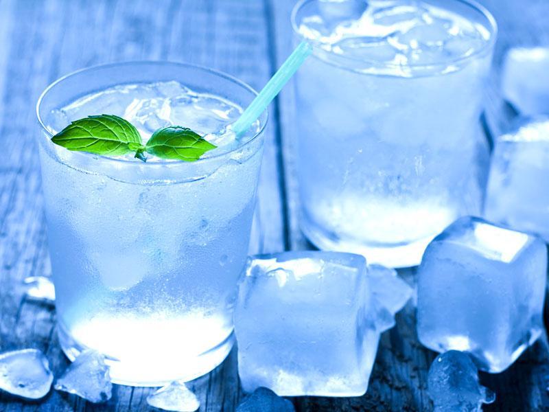 Rủi ro và lợi ích của việc uống nước đá với sức khỏe?