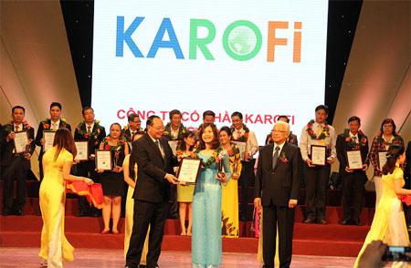 Đại diện công ty Karofi lên nhận giải thưởng