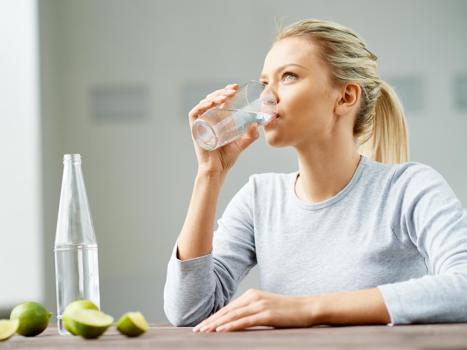 Uống nước trước khi đi ngủ có tốt cho sức khỏe? | Karofi.com