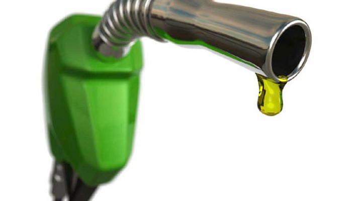 Hình ảnh xăng dầu được sử dụng hàng ngày phục vụ nhu cầu đi lại cho con người