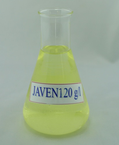 Người tiếp xúc với nước Javel qua đường hô hấp sẽ có hiện tượng ho dữ dội và đau rát vòm họng.Nuốt natri hypochlorite gây đau thắt dạ dày, tiêu chảy, nôn mửa.Sodium hypochlorite khi tiếp xúc với bề mặt da và mắt sẽ khiến vùng da và niêm mạc mắt tấy đỏ và đau rát. Nếu tiếp xúc trong thời gian dài, da của bạn sẽ dần trở nên rất nhạy cảm.  Nồng độ natri hypochlorite được tìm thấy trong hồ bơi công cộng thường không đủ khả năng gây hại cho con người bởi hàm lượng trong đó đã có quy định và được kiểm duyệt. Khí sodium hypochlorite được sử dụng trong các bể bơi để khử trùng, đôi khi sẽ dẫn tới gây đau mắt và nó có mùi đặc trưng của clo.
