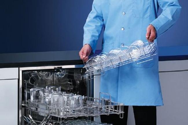 Sử dụng thiết bị chuyên dụng để rửa dụng cụ thủy tinh trong phòng thí nghiệm