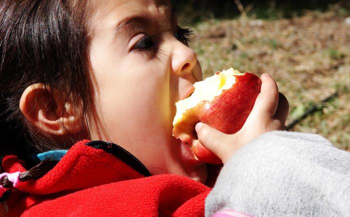cách kiểm tra táo bị phun hóa chất độc hại khi ăn phải