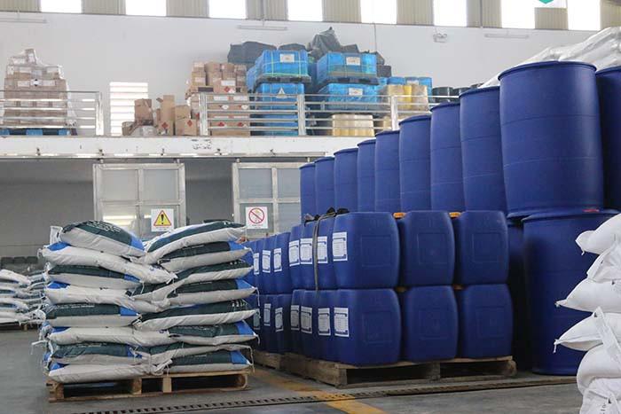 Đóng gói hóa chất công nghiệp cẩn thận trước khi vận chuyển
