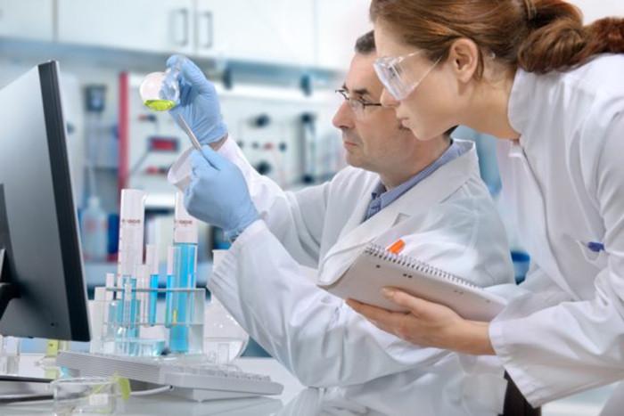 Sử dụng thiết bị bảo hộ khi tiến hành cách pha hóa chất trong phòng thí nghiệm
