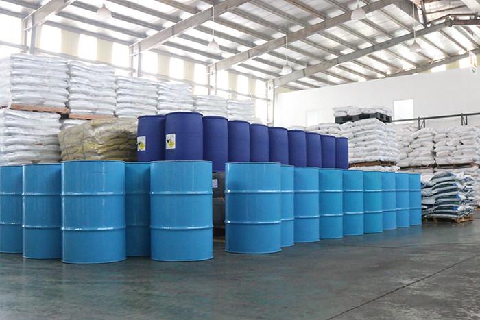 Dung môi hữu cơ được đóng trong thùng phi