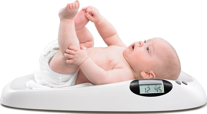 Đo trọng lượng trẻ nhỏ bằng cân điện tử y tế