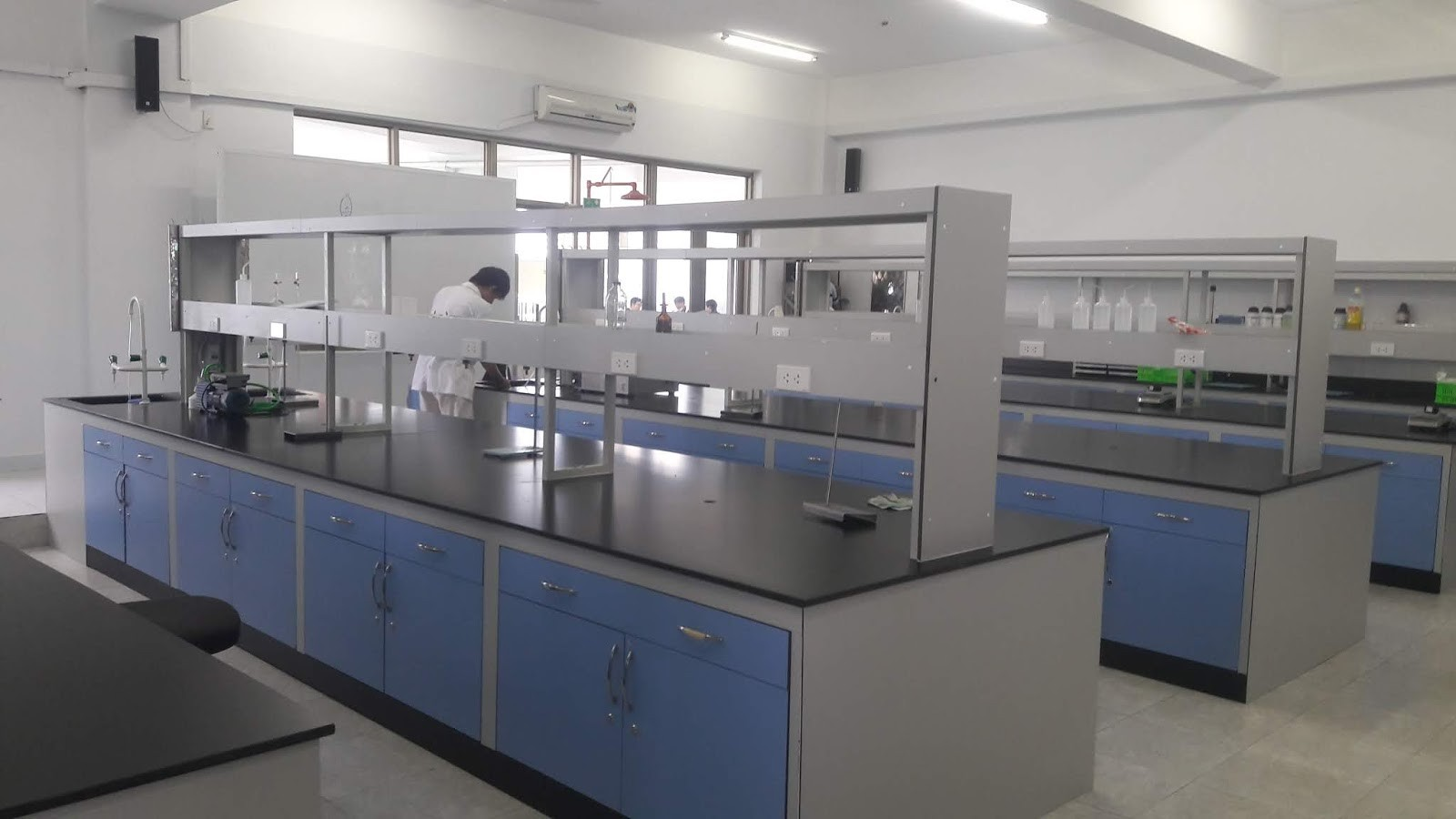 Bàn thí nghiệm trung tâm trong phòng thí nghiệm