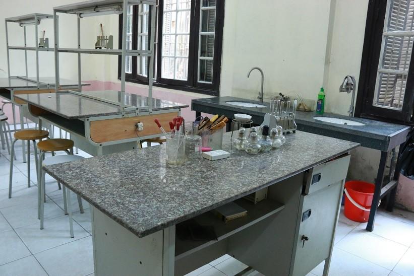 Bàn thí nghiệm hóa sinh trong phòng thí nghiệm