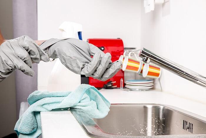 Đeo dụng cụ bảo hộ lao động khi sử dụng Cloramin