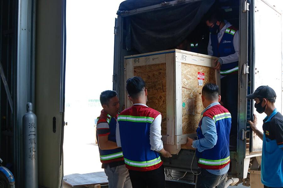Vận chuyển thiết bị máy móc vào kho nhà máy Nhiệt điện Vĩnh Tân 4