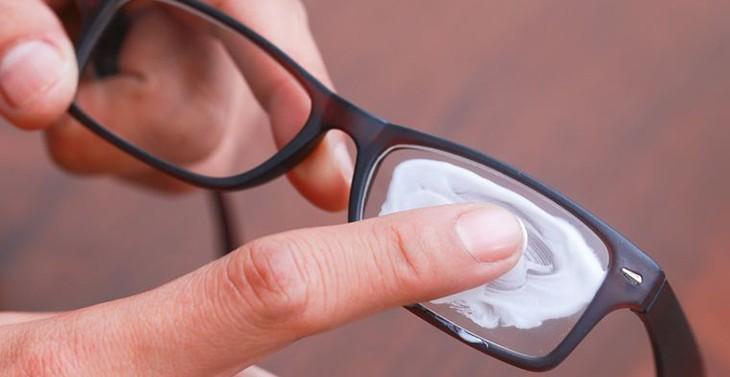 Cách gỡ keo 502 trên kính và đồ vật