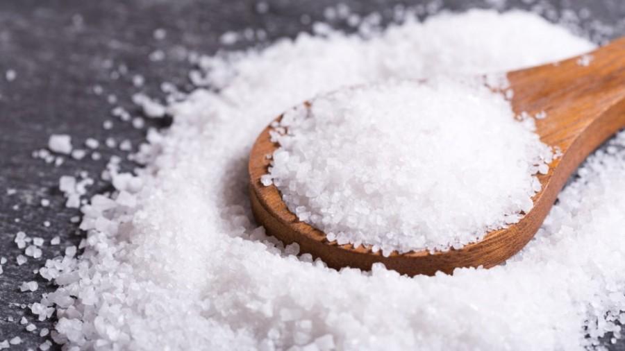 Muối ăn có khả năng làm sạch vết ố bẩn hiệu quả