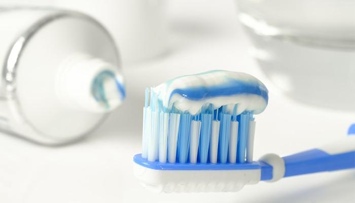 Bôi kem đánh răng lên bàn chải