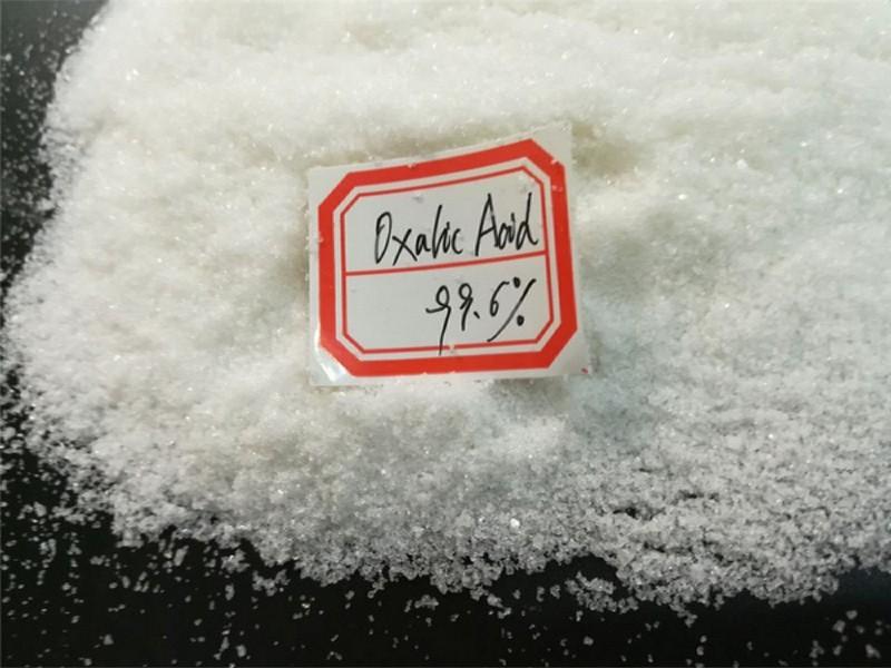 Axit oxalic tồn tại ở dạng tinh thể màu trắng