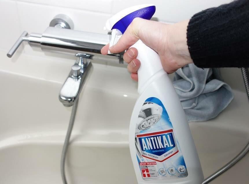 Xịt trực tiếp nước lau kính lên bề mặt của đồ inox cần làm sạch