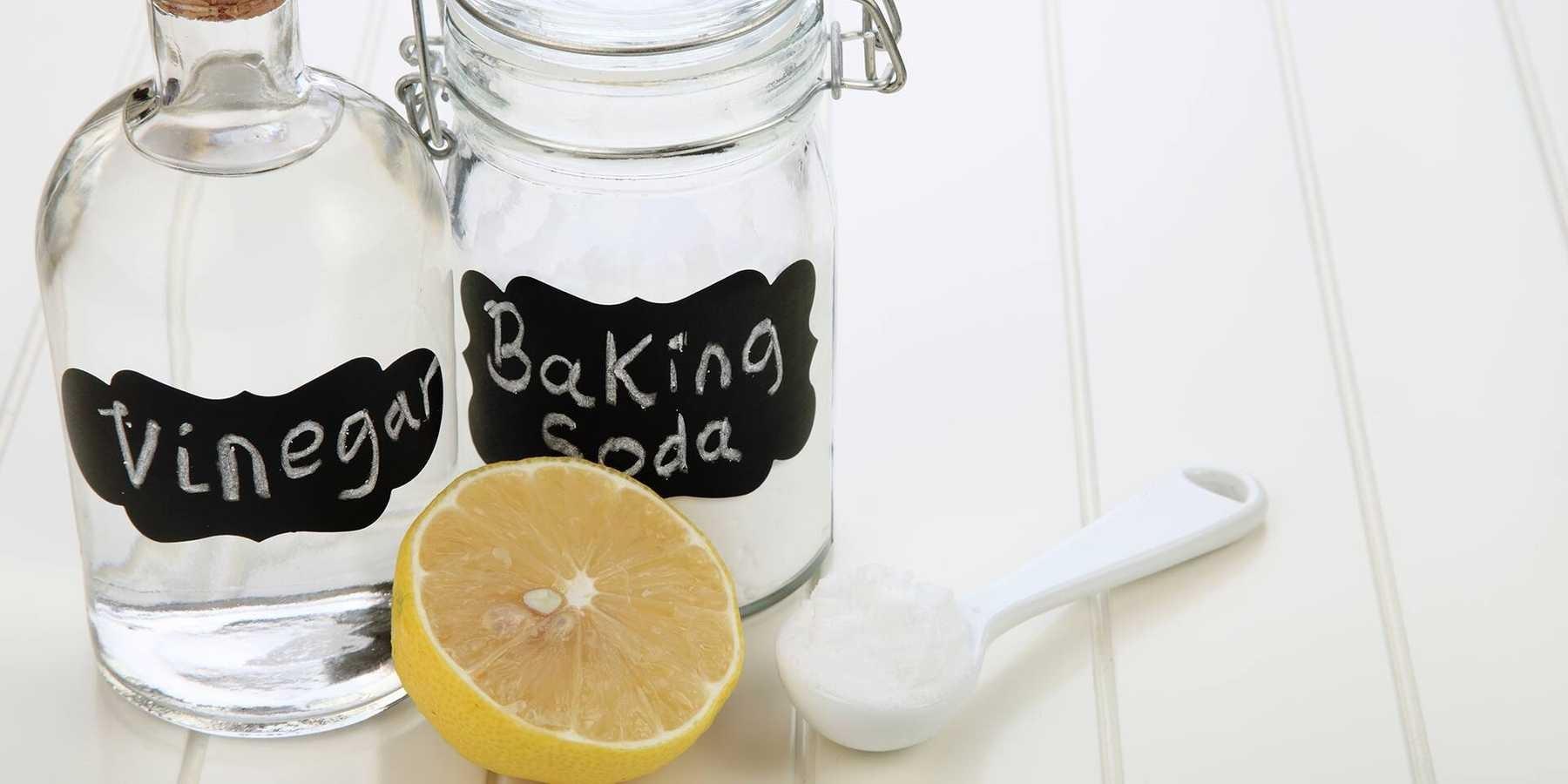 Trộn baking soda với giấm ăn sao cho hỗn hợp tạo thành sệt lại