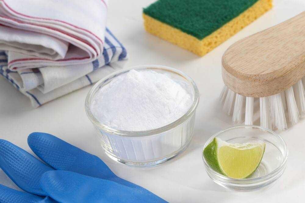 Muối sau khi tan ra sẽ kết hợp với chanh giúp tăng hiệu quả tẩy rỉ sét
