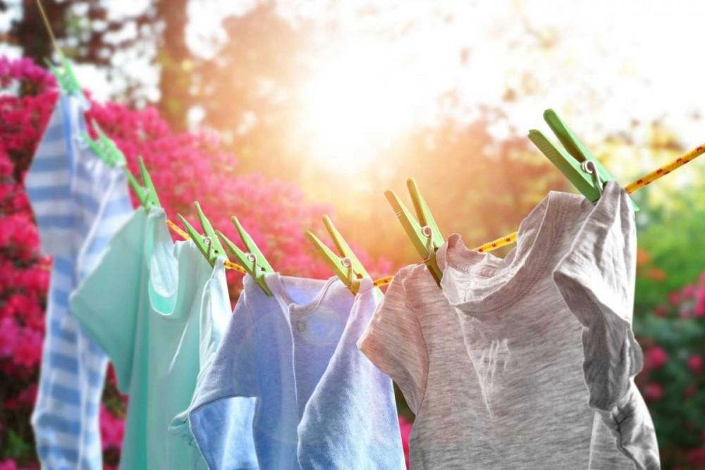 Phơi áo quần dưới ánh nắng mặt trời và vết rỉ sẽ được loại b