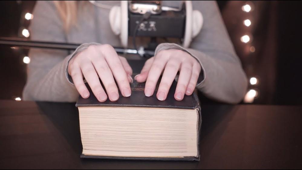 Âm thanh gõ nhẹ vào quyển sách