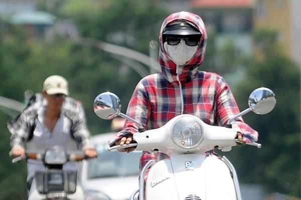 Mặc trang phục bảo hộ chống nắng chuyên dụng