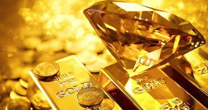 Vàng tinh khiết là một kim loại sáng, có màu vàng hơi đỏ