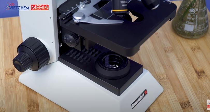 Đặt kính hiển vi nên bề mặt phẳng cố định