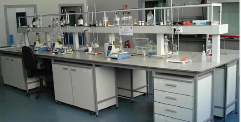 Hướng dẫn lựa chọn bàn thí nghiệm hóa sinh phù hợp nhất