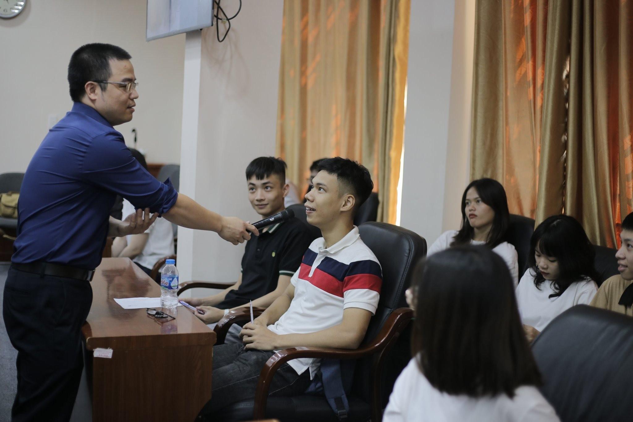 Giarng viên Lê Ánh trao đổi với Sinh viên UTT
