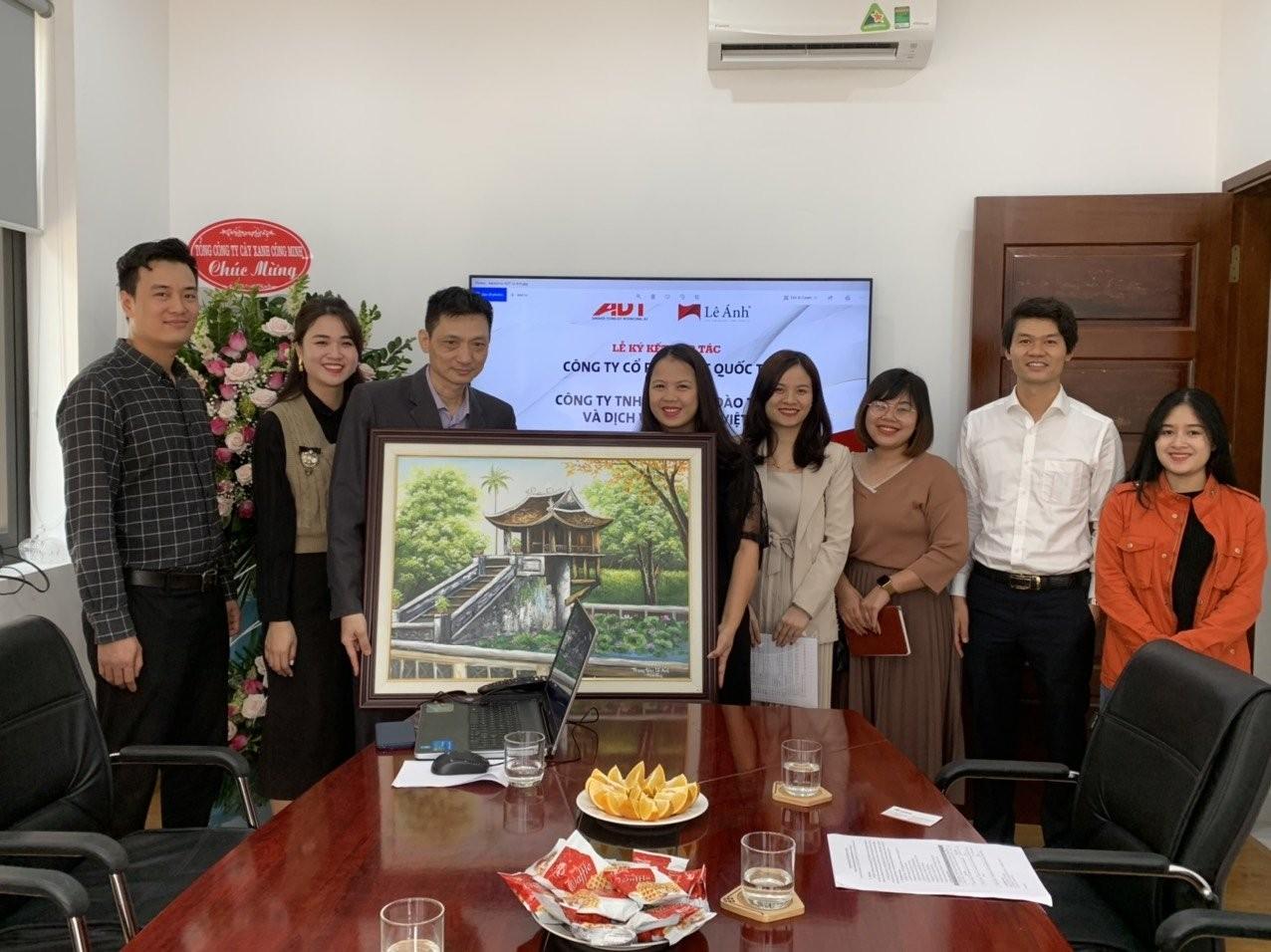 Trung tâm Lê Ánh tặng quà lưu niệm
