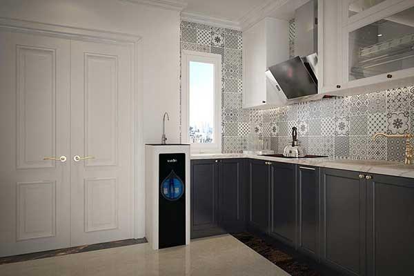 Máy lọc nước karofi 8 cấp n e118 được xếp cạnh bếp