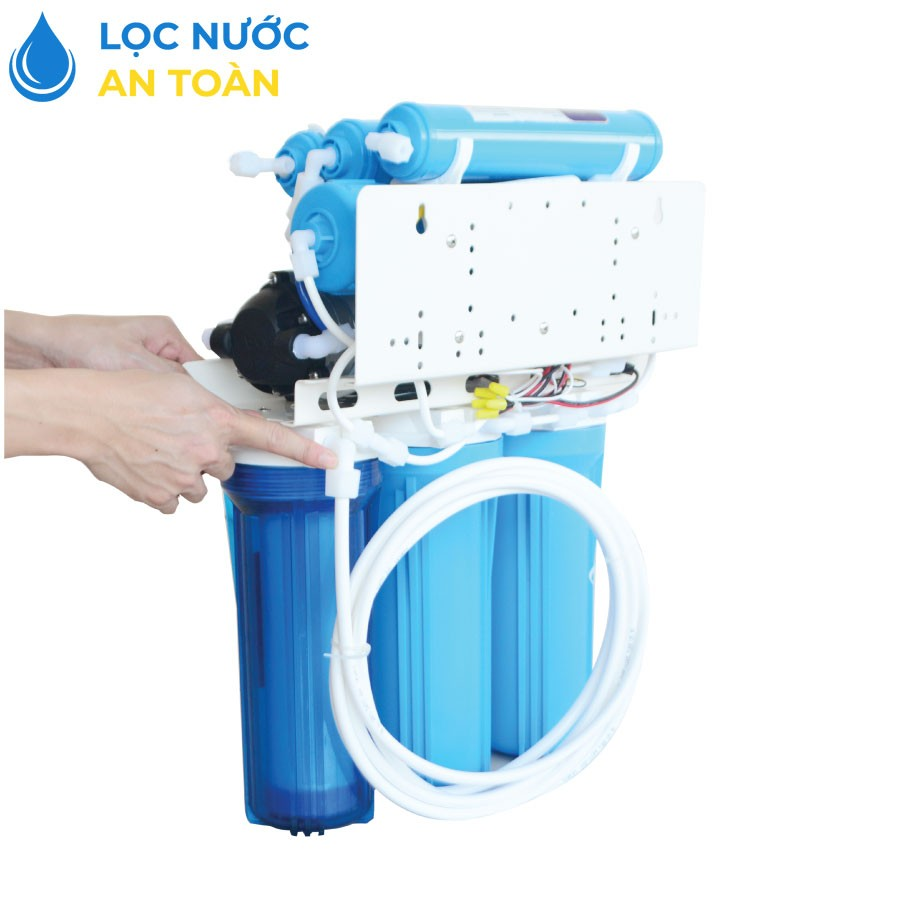 Nối dây nguồn nước với máy