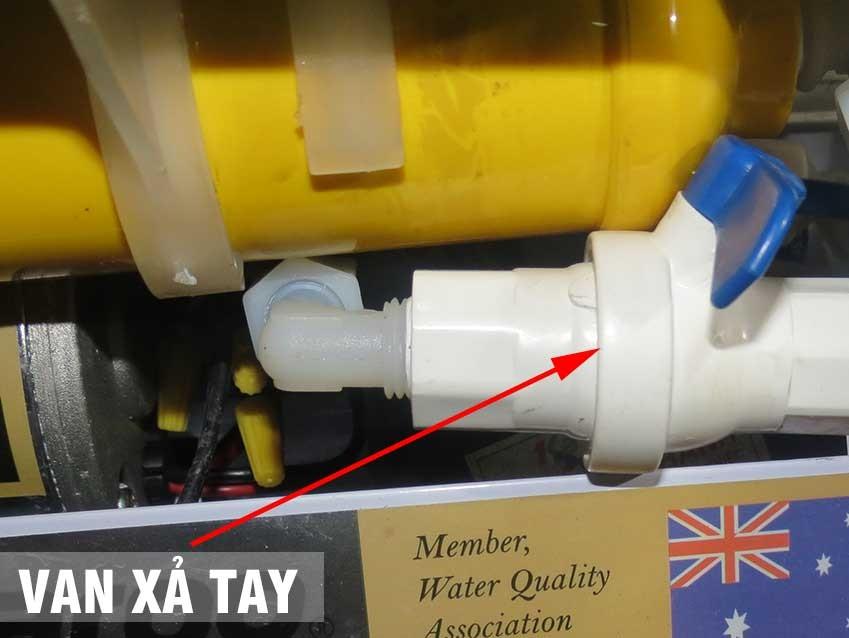 Mở van xả tay máy lọc nước