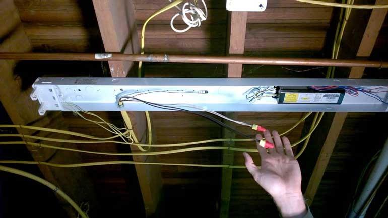 cách thay bóng đèn led tròn