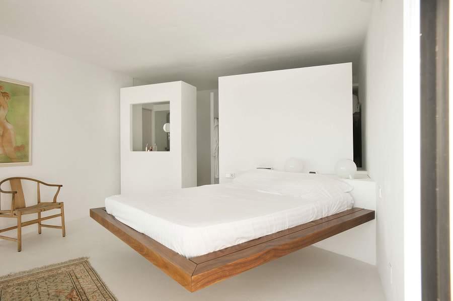 giường ngủ kê sát tường nhà vệ sinh