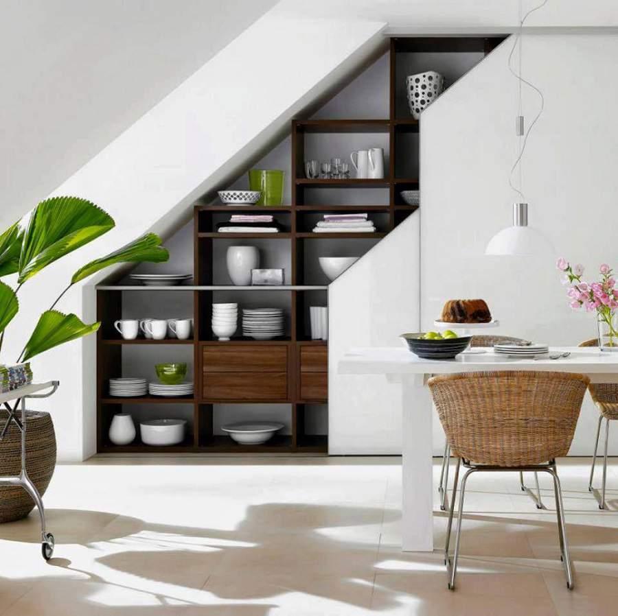 phòng bếp dưới chân cầu thang