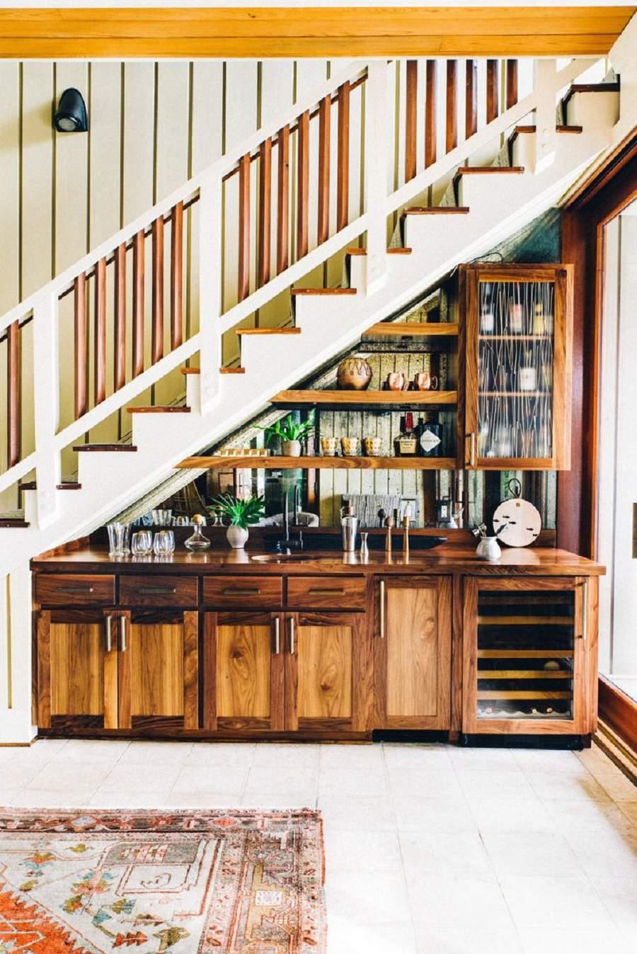 Cách trang trí gầm cầu thang bằng bài trí tủ rượu dưới gầm cầu thang