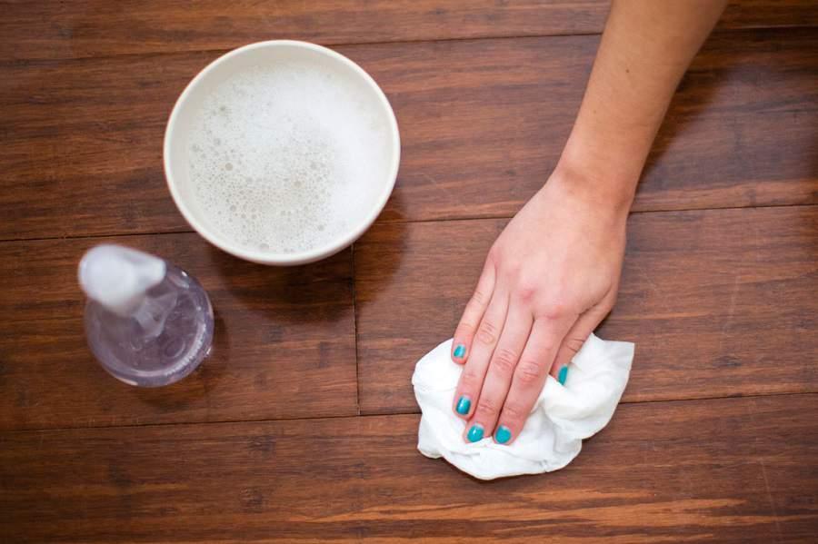 Cách vệ sinh bàn ghế gỗ bằng cách làm mới bằng sữa