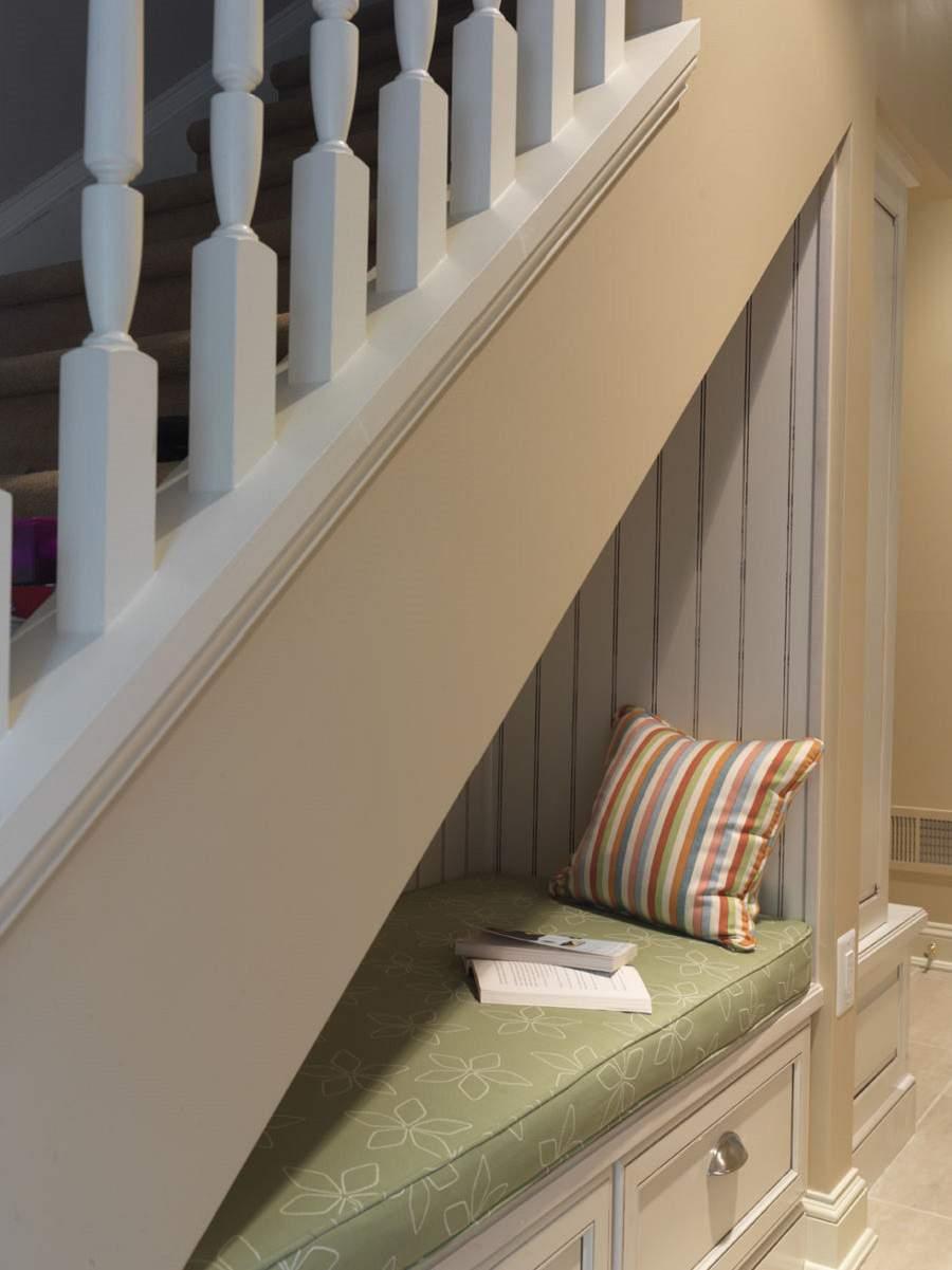 thiết kế giường ngủ dưới gầm cầu thang